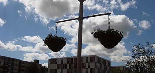 De geraniumschalen hangen weer