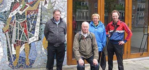 Deelnemers fietstocht bezoeken Sint Bavokerk