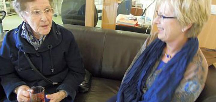 Mirjam laat haar moeder haar werkplek zien